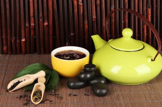 Китайская чайная церемония на бамбуковом столе на бамбуке