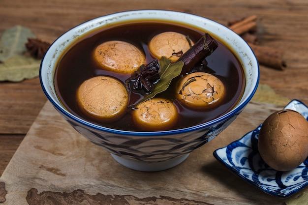 中国の茶卵、茶葉、黒茶の卵をスパイスで茹でた Premium写真