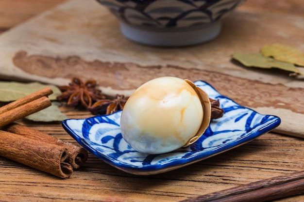 中国の茶卵、茶葉、黒茶の卵をスパイスで茹でた