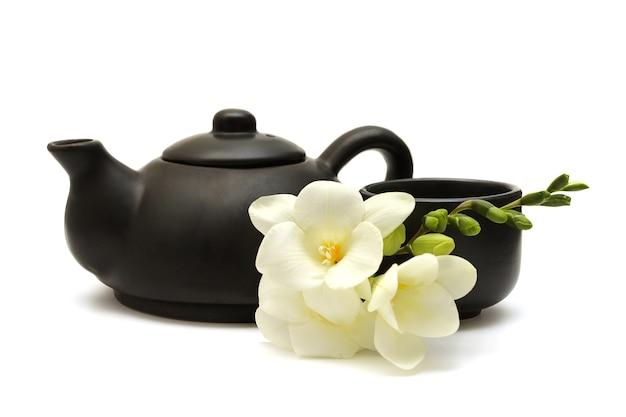 Китайский чайный сервиз с чайником, чашкой и белыми цветами