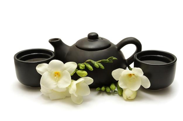 Китайский чайный сервиз с чайником, чашками и белыми цветами