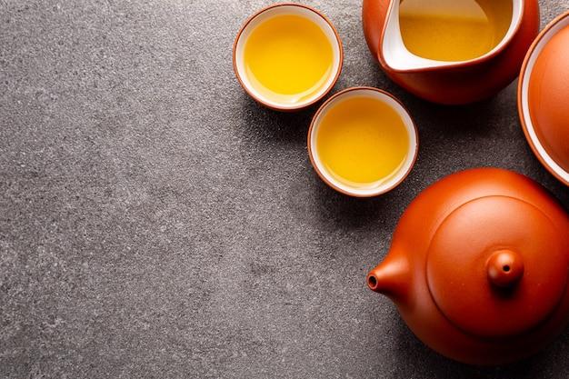 Китайский чай традиционный травяной напиток фон. чайный набор из китая. здоровый образ жизни с напитками