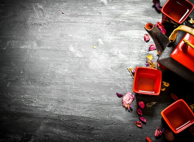 꽃과 허브 검은 나무 배경에 중국 차