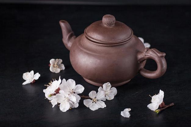 Китайский чайник и цветы абрикосов