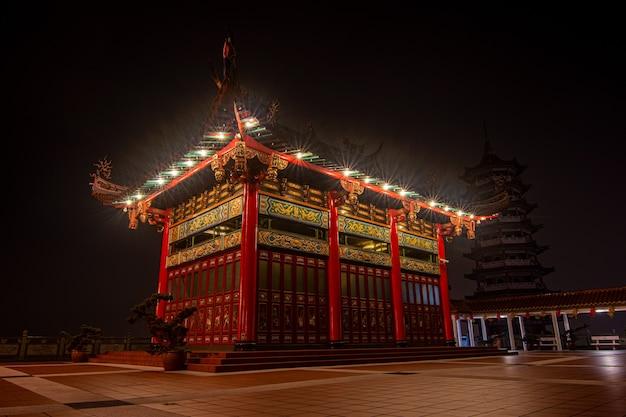 夜のシーンで中国の寺院