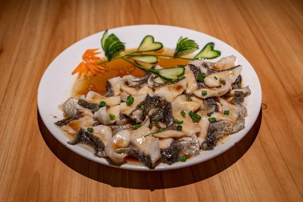 中国の伝統的な宴会料理は美しく、香りがよく、おいしいです