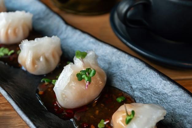 エビと竹の中国の伝統的な餃子点心