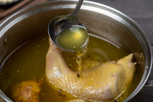 中国の伝統料理、おいしいチキン煮込みスープ