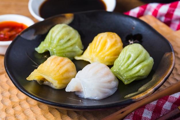 中国の伝統的な食品の餃子 Premium写真