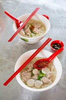 Китайская традиционная лапша на столе в малайзии.