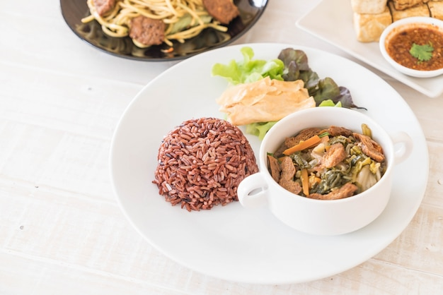 Китайское овощное рагу и тофу с ягодным рисом