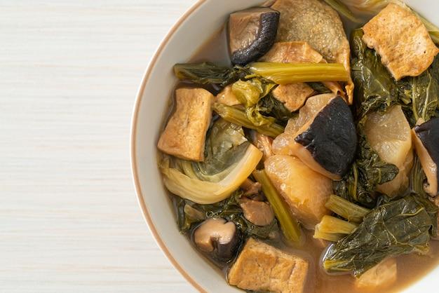 Китайское овощное рагу с тофу или овощной суп - веганский и вегетарианский стиль питания