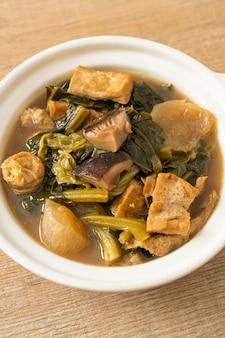 豆腐または野菜スープの混合物を使った中国の野菜シチュー-ビーガンとベジタリアンのフードスタイル
