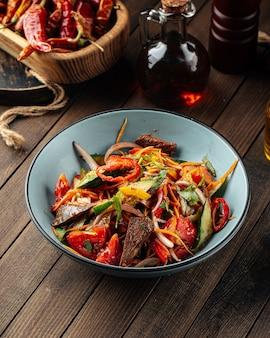 Китайский теплый салат из говядины с овощами