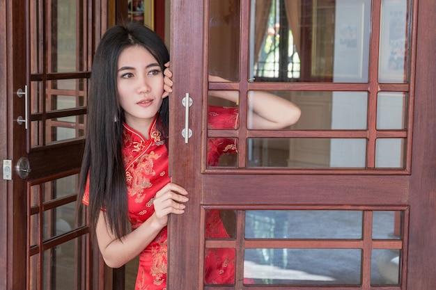 새해에 중국 여자 드레스 전통 치파오