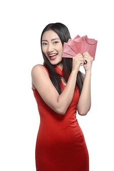 赤いチャイナドレスの中国人女性