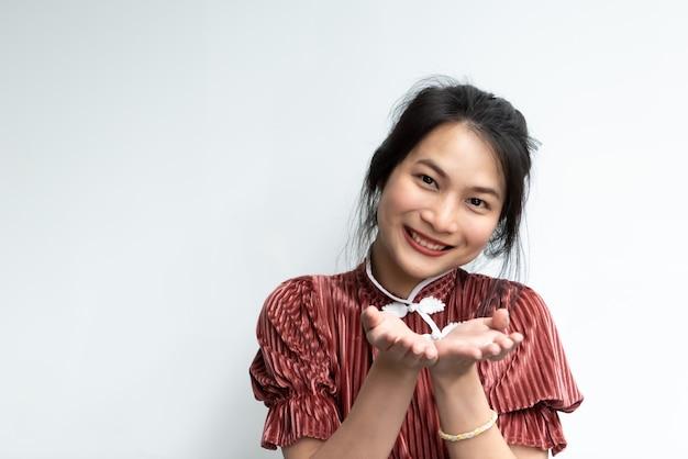 Китайская женщина открытия руки