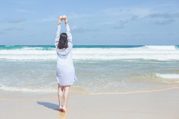 Китайская женщина или турист из азии с удовольствием и отдыхом на тропическом пляже