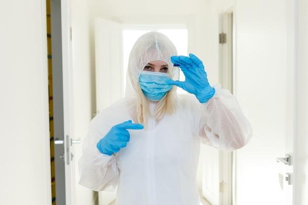 防護服を着た中国人女性。多くの感染症やアレルゲンに対する保護としてのガスマスク。医療従事者。