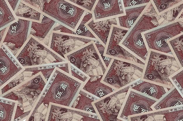 大きな山に横たわる中国人民元紙幣