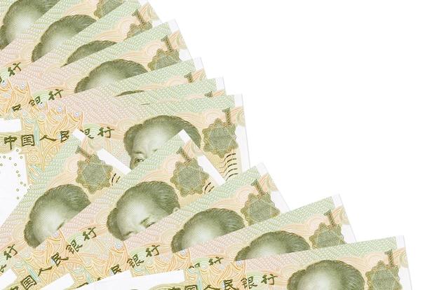Купюры китайского юаня лежат на белом фоне