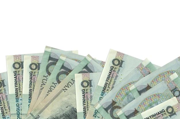 Купюры китайского юаня лежат в нижней части экрана, изолированного на белом