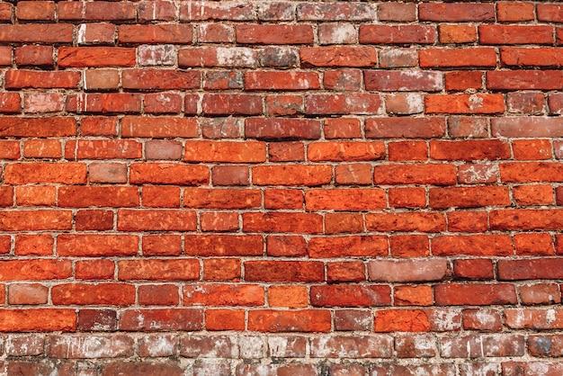 Колотая стена из красного кирпича