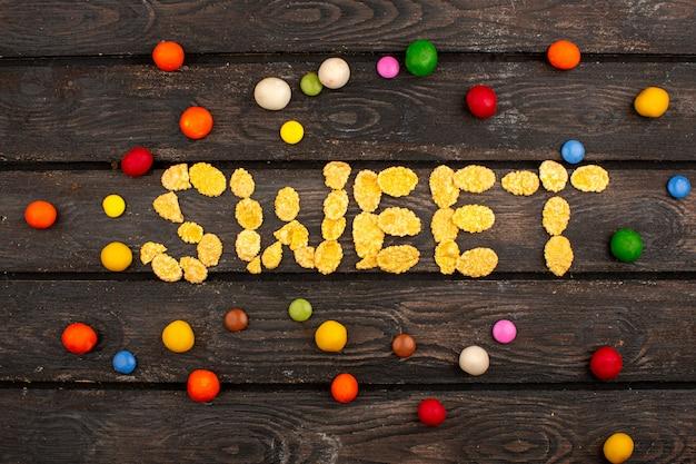 갈색 소박한 나무 책상에 칩과 사탕 짠 맛있는 달콤한 단어