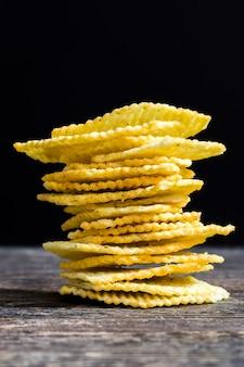 Чипсы со специями и ароматизаторами для улучшения вкуса, чипсы обычные с гофрированной поверхностью