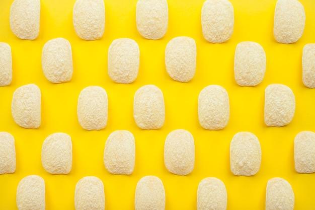 밝은 노란색 배경 체중 감량 및 다이어트 개념에 칩 패턴