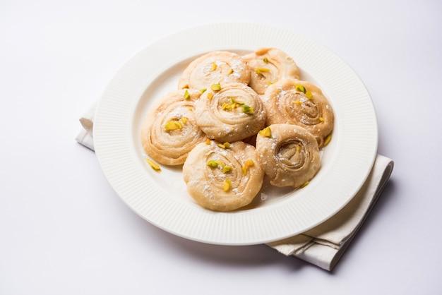 Чироти или чироти - сладкое блюдо из карнатаки и махараштры. подается в тарелке как десерт на праздниках или свадьбах. выборочный фокус