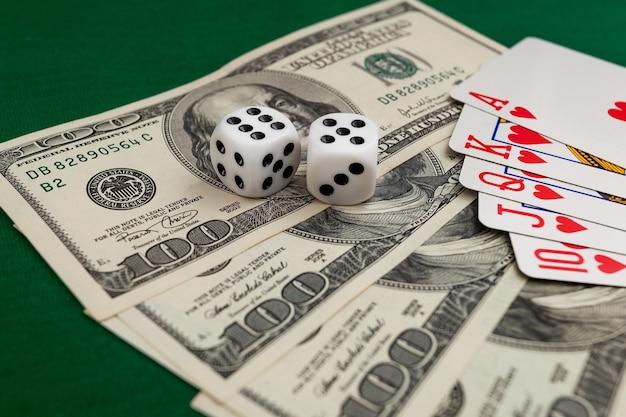 키시나우, 몰도바 - 20. 12. 2020 주사위, 카지노 달러와 유로 지폐의 녹색 천에 카드 놀이