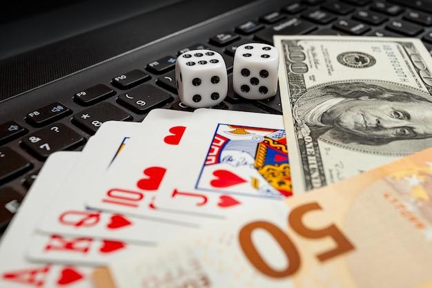 키시나우, 몰도바 - 20. 12. 2020 주사위, 노트북 키보드의 카드 놀이 달러 및 유로 지폐