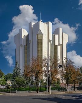 Кишинев, молдова - 12.09.2021. сектор судебного центра в кишиневе, молдова, в солнечный осенний день