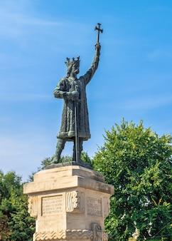 Кишинев, молдова - 12.09.2021. памятник штефану чел маре в центре кишинева, столицы молдовы, в солнечный осенний день
