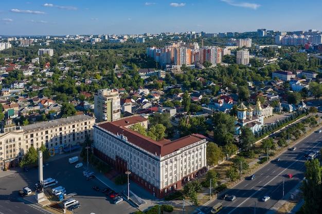 수도의 중심에 있는 키시나우 몰도바 과학 사옥 드론 조감도