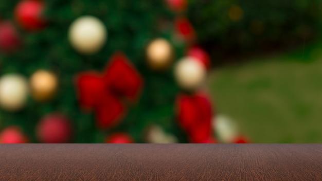 Chistmasの背景とぼやけた背景の空の木製テーブルまたは休日のボケ味の背景の木製の机。
