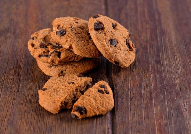 Печенье с шоколадными чипсами на столе