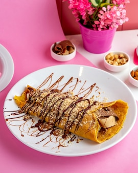 초코 도너 초콜릿 접시에 팬케이크에 싸여