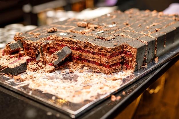 초콜릿과 베리 레이어 케이크. 다진 케이크.