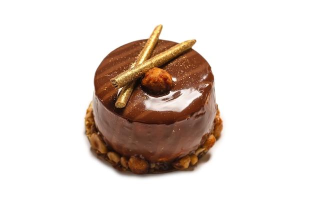 흰색 표면에 절연 초콜릿과 카라멜 케이크. 평면도.