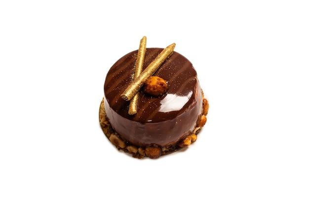 흰색 표면에 분리된 초콜릿과 카라멜 케이크. 평면도.