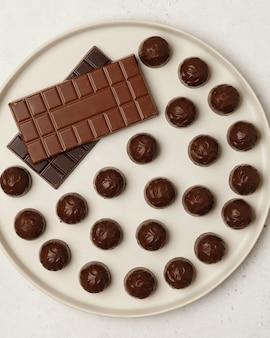 초콜릿과 초콜릿 캔디. 커피와 차를위한 다양한 초콜릿과 사탕.