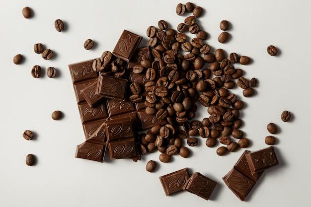 白い背景の上のチョコレートとコーヒー。上面図。