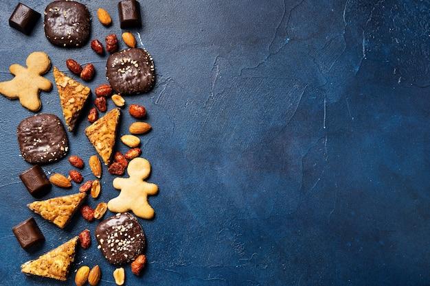 복사 공간이 진한 파란색 배경에 크리스마스 초콜릿과 쿠키