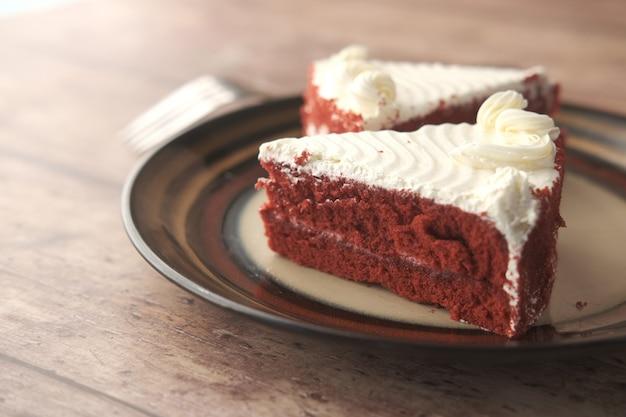 테이블에 접시에 초콜릿과 크림 케이크