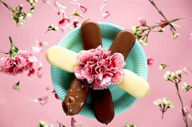 접시에 초콜릿과 크림 아이스크림. 보기 위. 여름 또는 파티 개념
