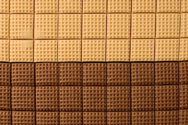 초콜릿과 크림 토피 사탕 사각형 흰색 배경에 고립. 평면도.