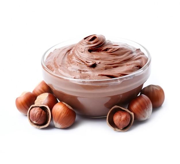 Шоколад и фундук распространяются изолированно.