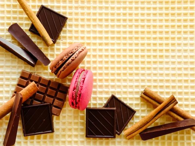 Шоколад и макароны на вафельном столе